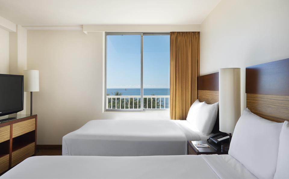 クイーンベッド2台のお部屋(コーナーに位置するお部屋で、他のお部屋からの景色とやや異なります)