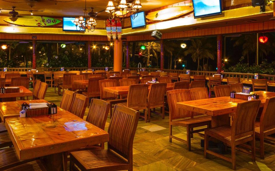夜のレストラン店内